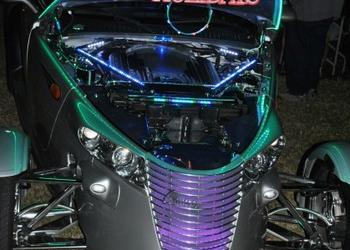 Cruz-n-Car Show embraces holiday spirit